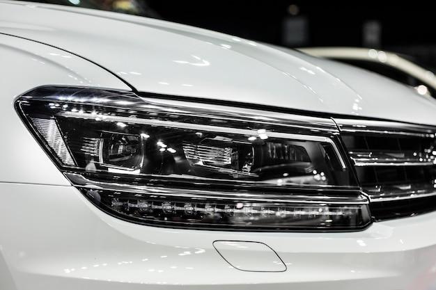 Fari per auto moderne bianche con ottica a led e xeno