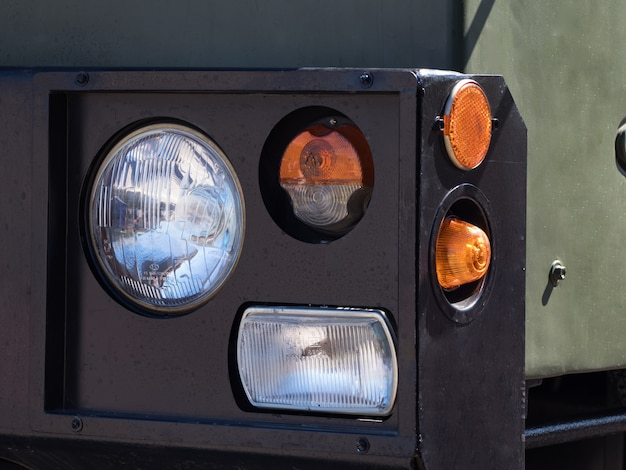 Faro anteriore con indicatore di direzione di veicoli militari pesanti.