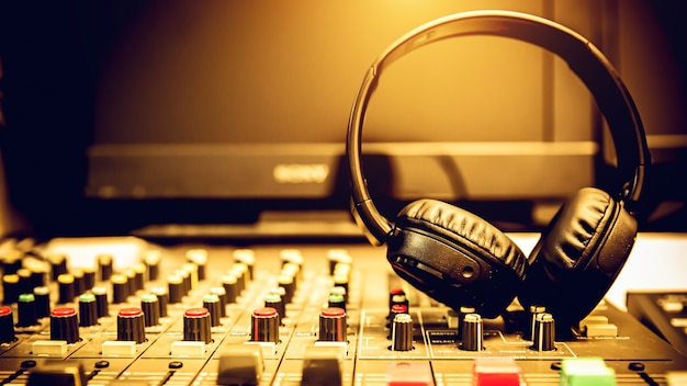 Cuffie e mixer audio.