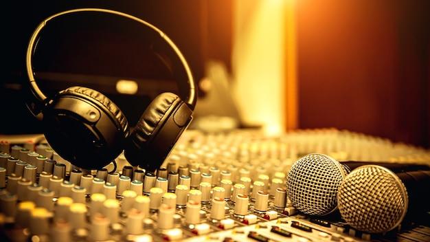 Cuffia con microfono e mixer audio.