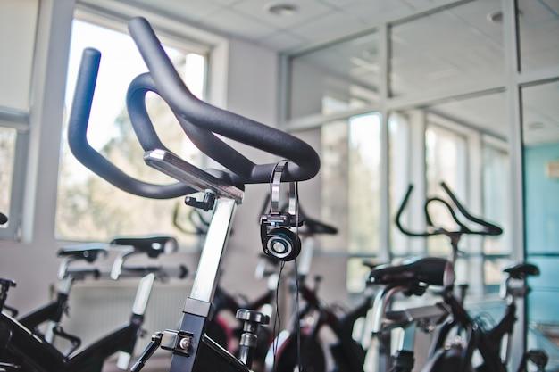 Cuffie appese su una cyclette in classe di spinning