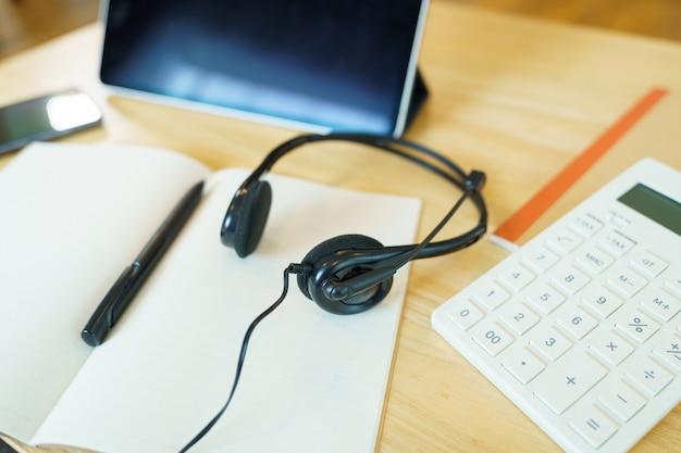Cuffie e materiale scolastico teleconferenza utilizzando la lezione online del corso comunicare