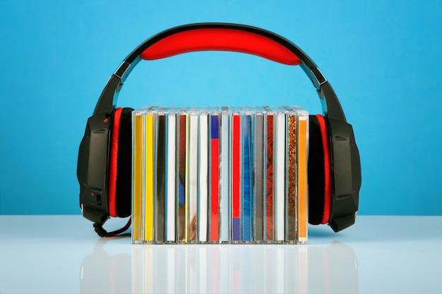 Cuffie su una pila di cd