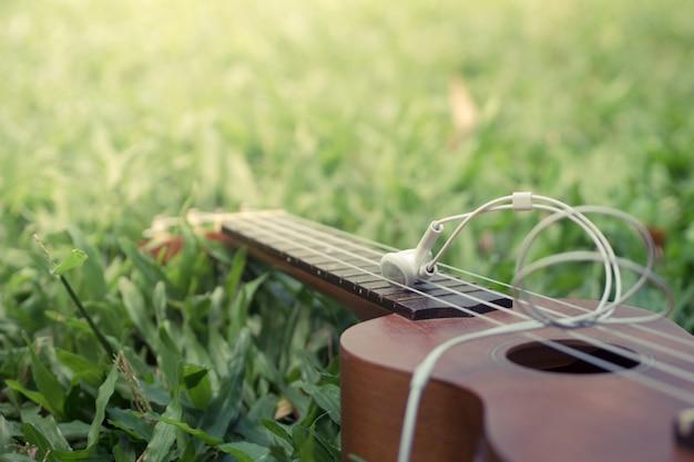 Cuffie sulla cima di una chitarra