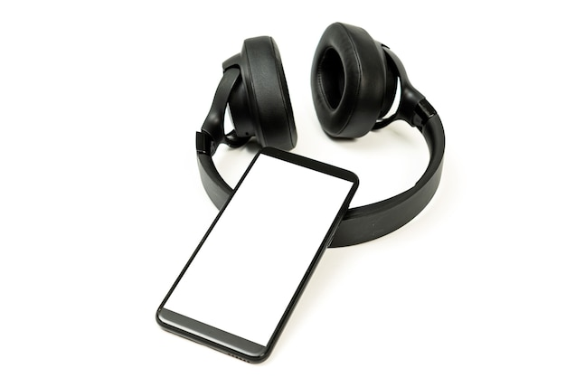 Cuffie con tecnologia bluetooth su sfondo bianco, con telefono nero abbinato per gli amanti della musica