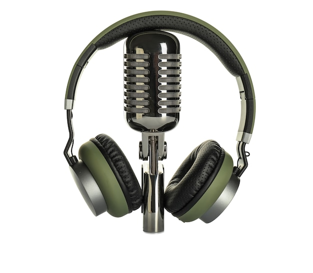 Cuffie con microfono su sfondo bianco