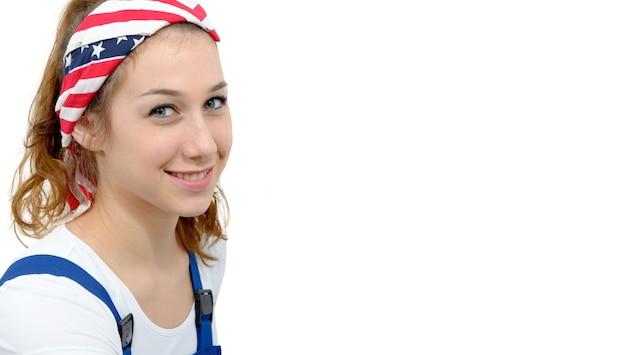 Primo piano del volto di donna attraente con un sorriso piacevole che indossa una sciarpa sulla testa