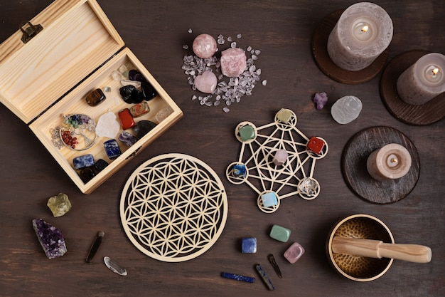 Terapia della griglia di cristallo del chakra curativo. rituali con pietre preziose e aromaterapia per il benessere, la guarigione, la meditazione, lo stress, il rilassamento, la salute mentale, le pratiche spirituali. concetto di potenza energetica