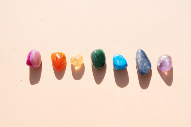 Cristalli curativi impostano l'arcobaleno sullo sfondo dei toni della terra