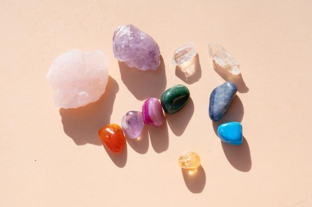 I cristalli curativi hanno messo una pila arcobaleno sullo sfondo dei toni della terra