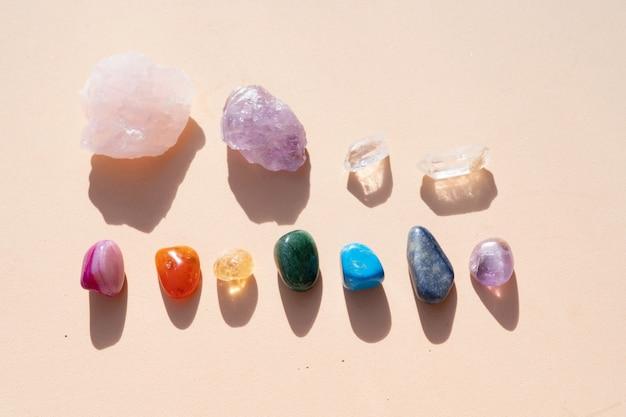 I cristalli curativi impostano la fila arcobaleno sullo sfondo dei toni della terra