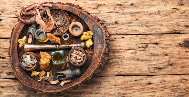 Erbe curative e bottiglie medicinali