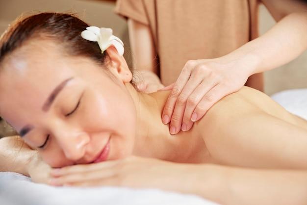 Massaggio curativo per collo e spalle