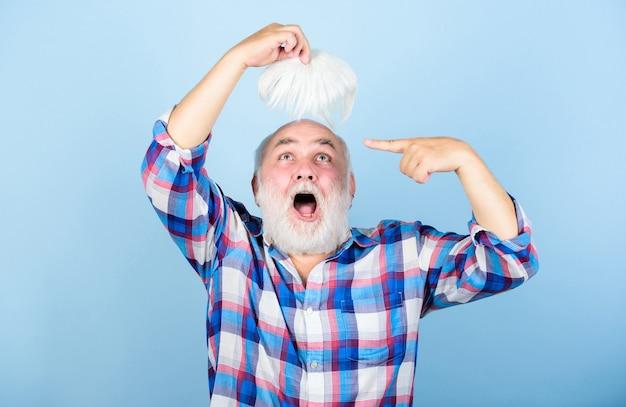 Concetto di assistenza sanitaria. anziani. capelli grigi del nonno barbuto. condizione genetica della calvizie maschile causata da fattori di varietà. la perdita di capelli. primi segni di calvizie. l'uomo perde i capelli. capelli artificiali.