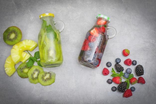 Assistenza sanitaria, fitness, concetto di dieta sana alimentazione. acqua fresca e fresca infusa, bevanda disintossicante
