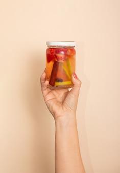 Assistenza sanitaria, fitness, alimentazione sana, concetto di dieta. fragola, arancia e cannella acqua fresca fresca, cocktail, bevanda disintossicante in una bottiglia di vetro. copia spazio.
