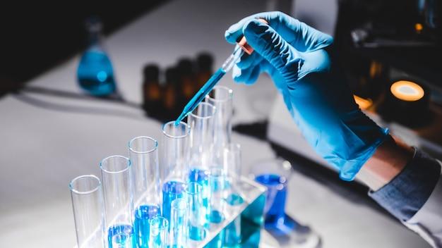Ricercatori sanitari che lavorano nella ricerca scientifica e tecnologica medica in laboratorio, laboratorio di ricerca medica o laboratorio di scienze, ricercatori sanitari che lavorano nel laboratorio di scienze della vita