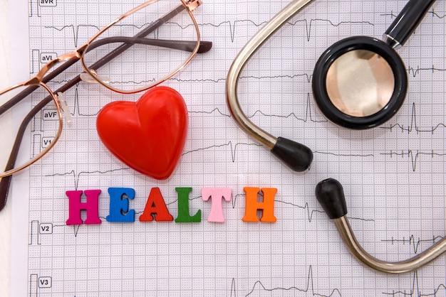 Concetto di salute, cuore rosso con stetoscopio su cardiogramma