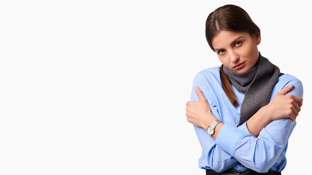 Concetto di salute. donna caucasica sconvolta malata con sciarpa su sfondo bianco isolato
