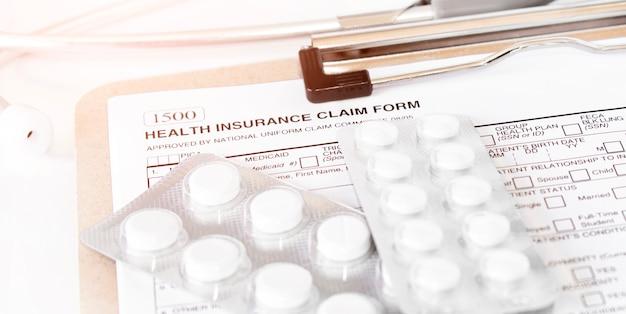 Modulo di richiesta di assicurazione sanitaria. polizza di assicurazione sanitaria individuale con stetoscopio e pillole bianche