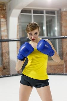 Concetto di salute, persone, sport e stile di vita - donna pugile brutal fighter da vicino. concetto di sport.