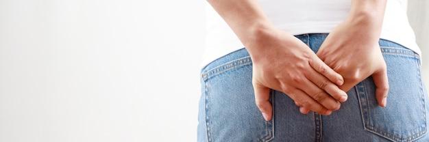 Problemi di salute, uomini affetti da gravi emorroidi