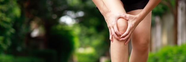 Problemi di salute, dolore al ginocchio delle donne durante l'esercizio nel parco