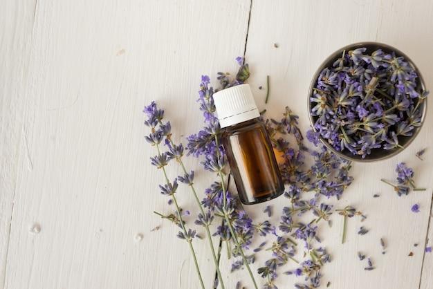 Trattamenti termali con olio di lavanda, cosmetici naturali per il corpo. lay piatto