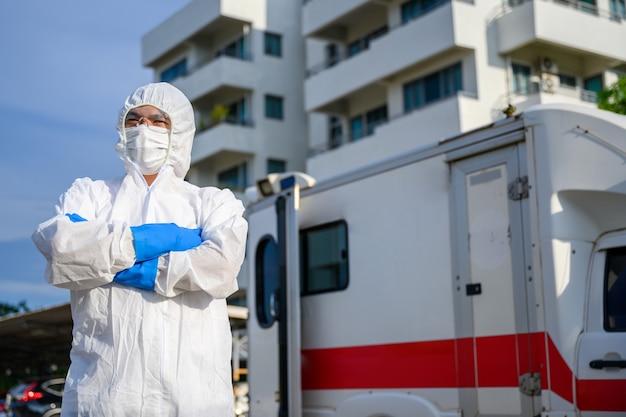 Gli operatori sanitari nelle ambulanze di emergenza indossano indumenti dpi e maschere per il viso. uscita ospedaliera, tenda di quarantena ambulatoriale, centro di terapia intensiva nell'ospedale covid19