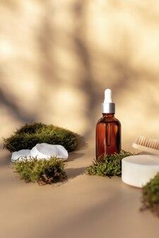 Concetto di assistenza sanitaria di accessori da bagno con bottiglia di olio essenziale, spazzolino da denti in legno, sapone e tamponi di cotone e muschio verde come rifiuti zero eco, concetto di ambiente privo di plastica