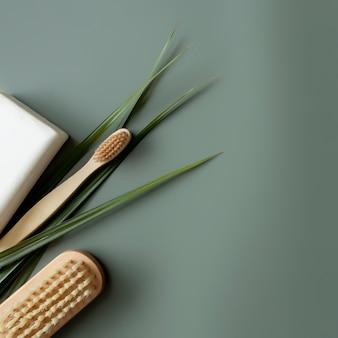 Concetto di assistenza sanitaria, foglia di palma, spazzolino da denti in legno, spazzola per piedi, sapone bianco. eco, zero rifiuti, riutilizzabile, concetto plastic free, risparmio ambientale