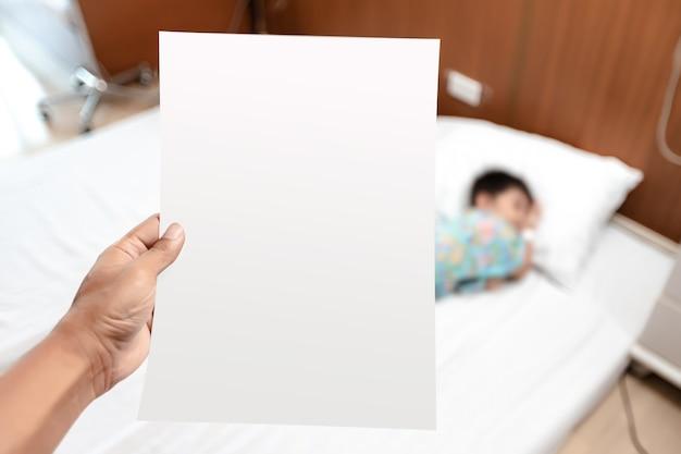 Concetto di assicurazione sanitaria sanitaria. genitore che esamina la fattura o il documento cartaceo della ricevuta dalle spese del reparto pagamenti ospedalieri di un paziente malato