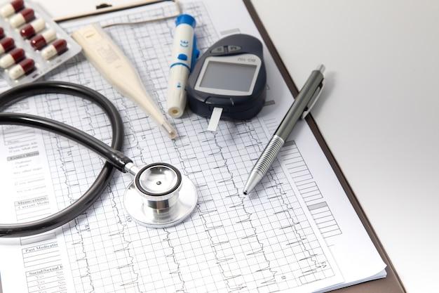 Assicurazione sanitaria e concetto di sfondo medico. attrezzature mediche stetoscopio nero e concetto di tecnologia medica.