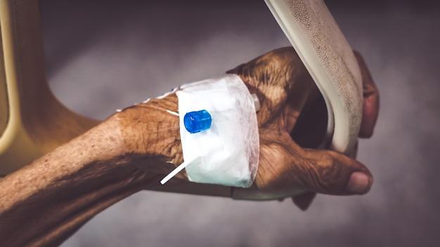 Sanità e concetto medico. anziano con ago per iniezione