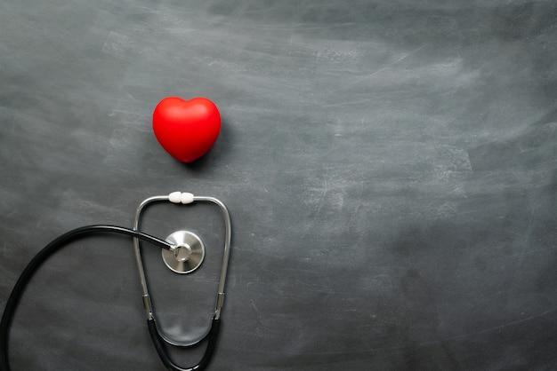 Assicurazione medica sanitaria con cuore rosso e stetoscopio