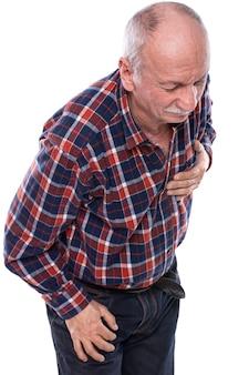 Concetto di assistenza sanitaria, dolore, stress e età. uomo anziano che ha un attacco di cuore su sfondo bianco. emozioni umane, invecchiamento, depressione