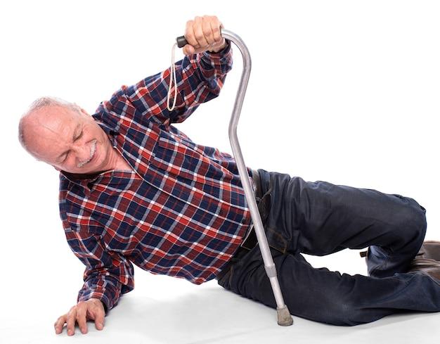 Concetto di assistenza sanitaria, dolore, stress e età. l'uomo anziano è caduto a terra e non può alzarsi in piedi
