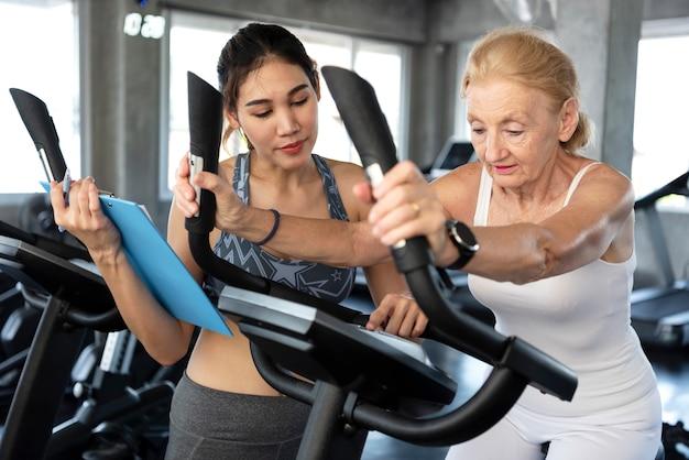 Sanità: allenatore sportivo di fisioterapia con il suo cliente in forma fisica.