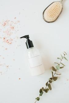 Concetto di spa sanitaria con bottiglia di crema mockup vuota, eucalipto su bianco