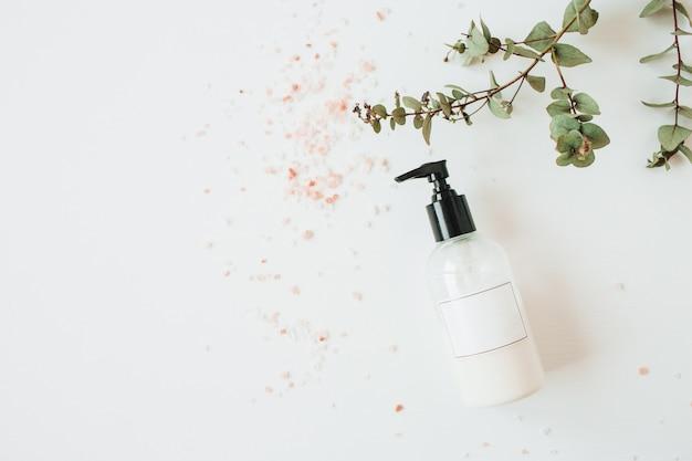 Concetto della stazione termale di sanità con la bottiglia del sapone liquido dello spazio della copia su bianco