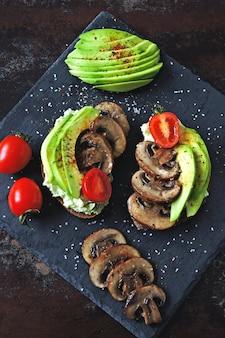 Toast avocado sani con funghi e pomodorini. dieta keto.