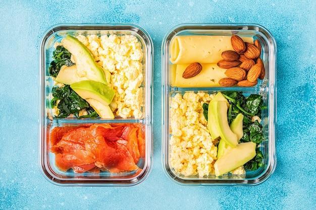 Pranzo al sacco equilibrato sano, pranzo dietetico chetogenico, cibo casalingo per il concetto di ufficio.