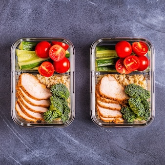Lunch box sano ed equilibrato con pollo, riso, verdure.