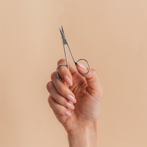 Vista frontale sana bella manicure e forbici