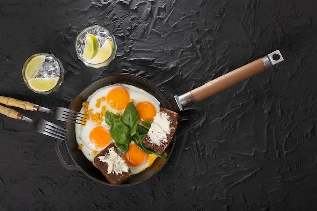Colazione salutare. uova fritte e pane e burro