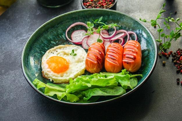 Colazione sana, uova fritte salsicce e verdure