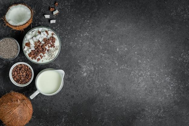 Prima colazione sana della ciotola di muesli con latte di cocco e semi di chia