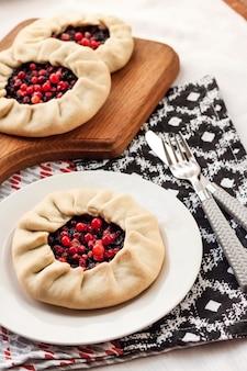 Colazione salutare. galette fatta in casa con bacche di sambuco e mirtilli rossi