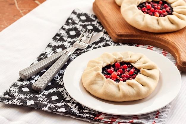Colazione salutare. galette quaresimale fatta in casa con bacche di sambuco e mirtilli rossi