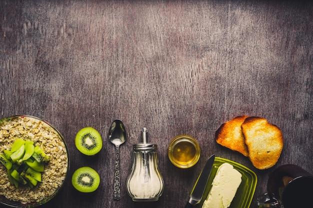 Una sana colazione ingredienti ciotola di avena muesli frutta fresca e miele vista dall'alto spazio copia tonica